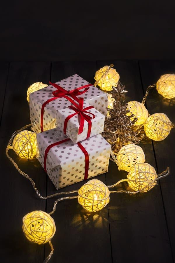 发光的新年诗歌选和装饰品在黑暗的背景 复制空间 节假日 圣诞节新年度 免版税图库摄影
