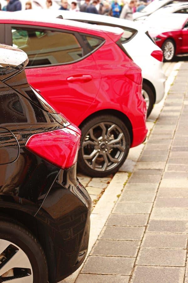 发光的新的汽车后方在一个室外汽车展示会的 库存照片