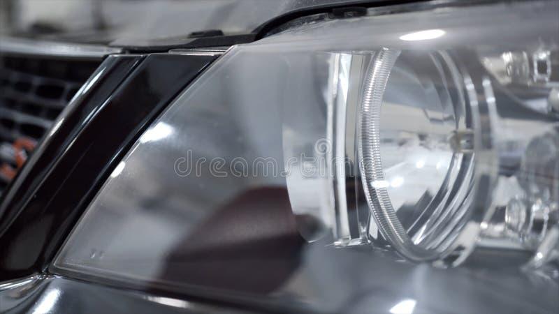 发光的新的汽车车灯特写镜头  r 有准备好黑新的汽车反射和亮光的干净的车灯买 库存照片