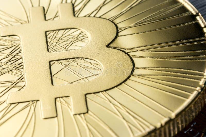 发光的硬币宏观看法与Bitcoin标志的 Cryptocurrency概念 真正货币题材 免版税库存照片