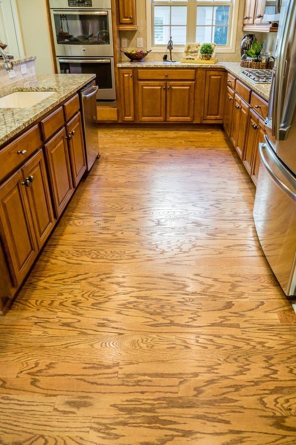 发光的硬木地板在新的厨房里 库存图片