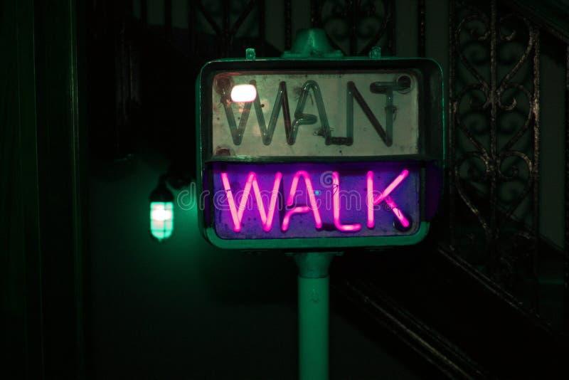 发光的紫色步行行人穿越道标志 免版税库存照片