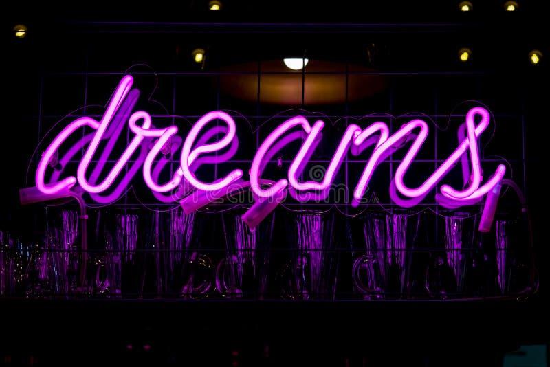 发光的紫色霓虹题字梦想 库存照片