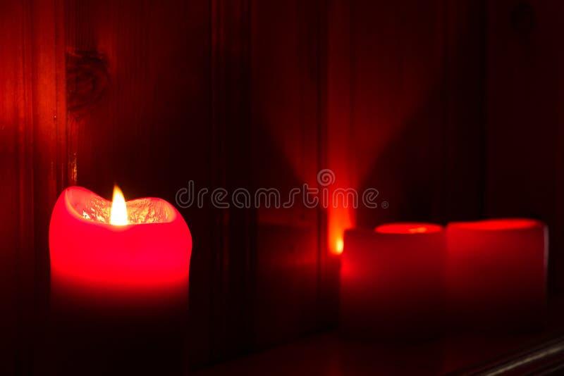 发光的红色蜡烛 免版税图库摄影