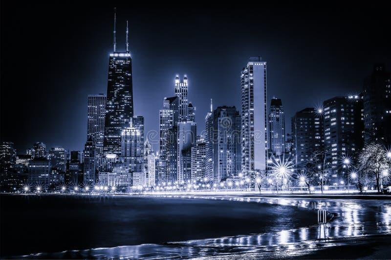 发光的芝加哥蓝色地平线在晚上 图库摄影