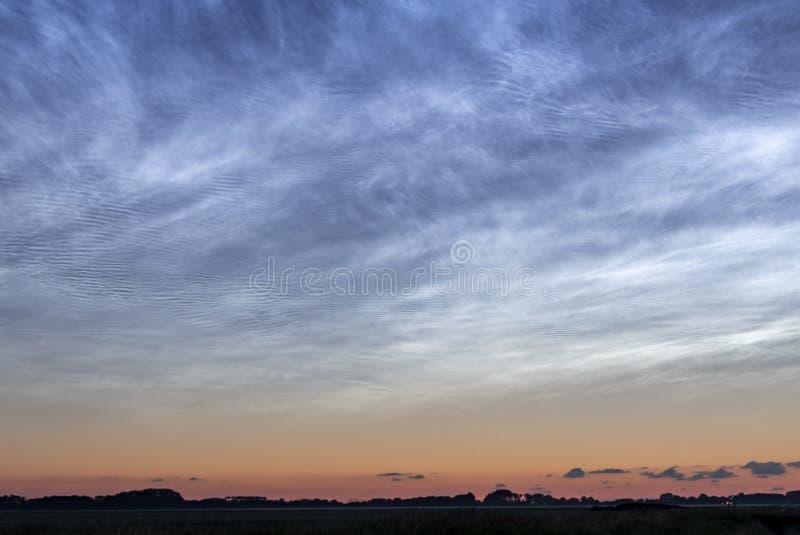 发光的荷兰夜云彩 免版税库存图片