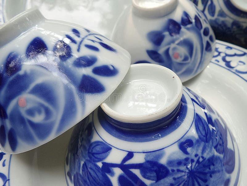 发光的蓝色和白色美好的中国碗和板材碗筷 免版税库存照片