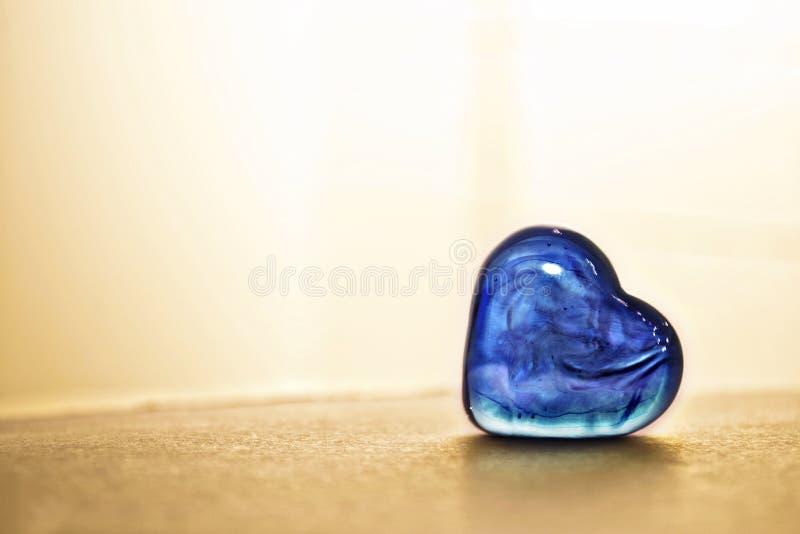 发光的蓝色心脏石头 免版税库存照片