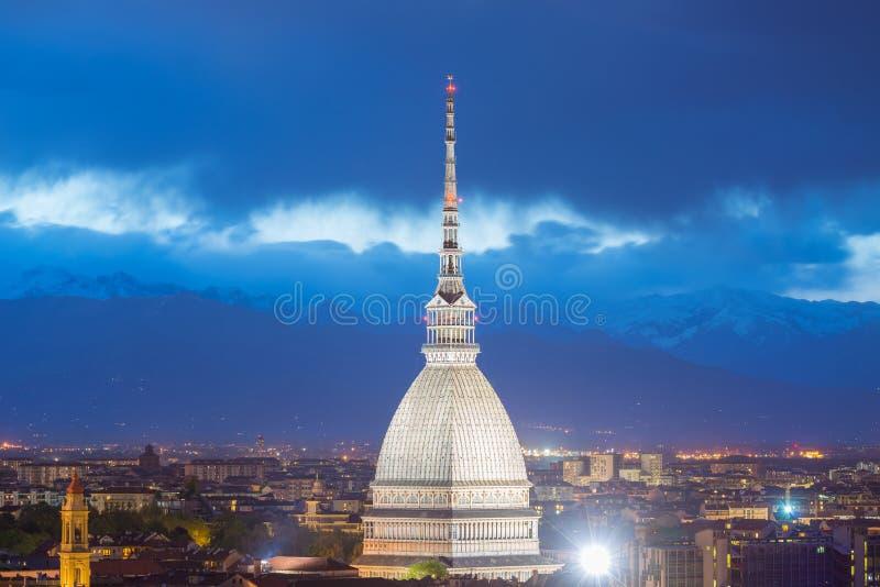 发光的都市风景托里诺(都灵,意大利)黄昏的 免版税图库摄影