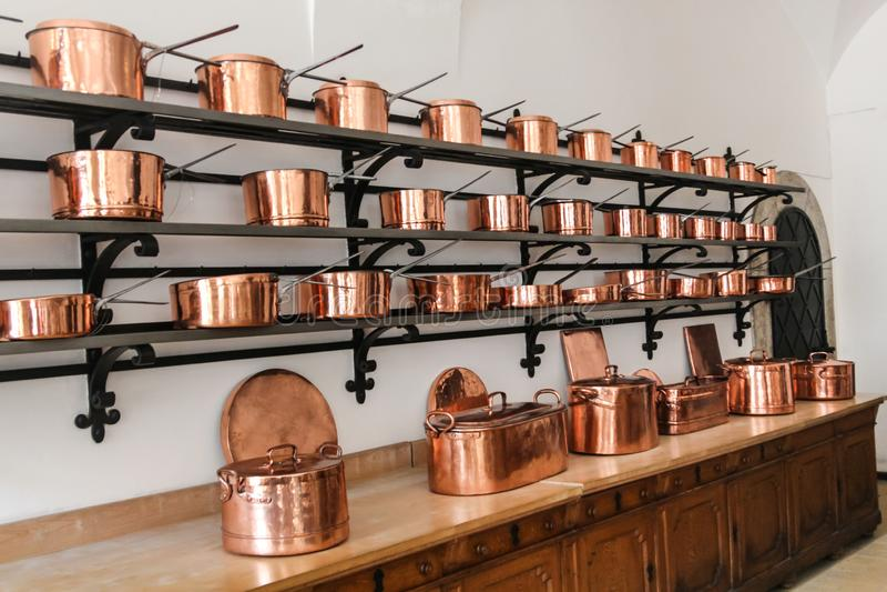 发光的铜平底深锅行在新天鹅堡城堡的在巴伐利亚 库存照片
