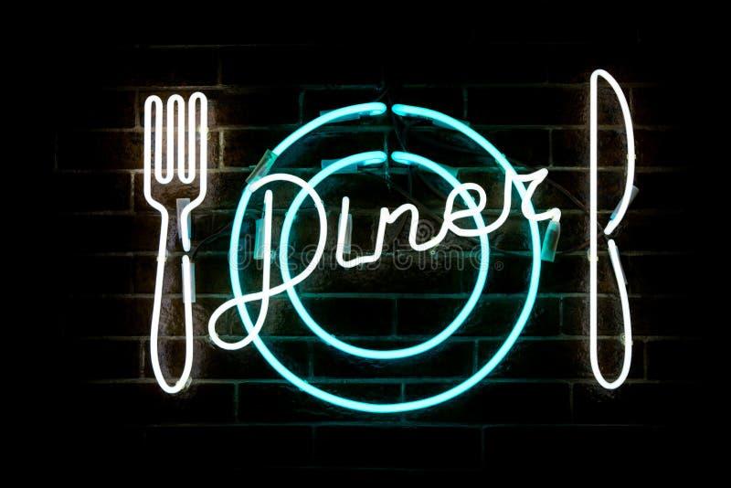 发光的霓虹题字晚餐和风格化叉子、刀子和板材 库存图片