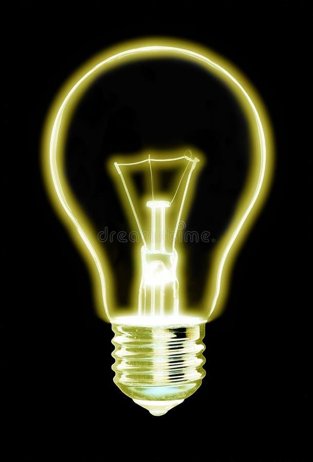 发光的黄灯电灯泡概述,在黑背景 库存照片