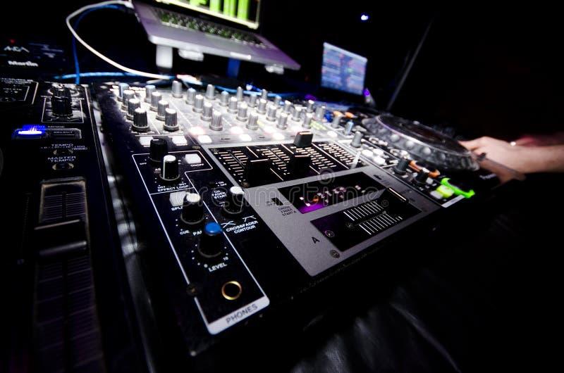 发光的DJ夜总会设备 库存图片