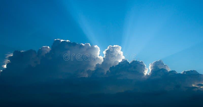 发光通过云彩的光 免版税库存图片