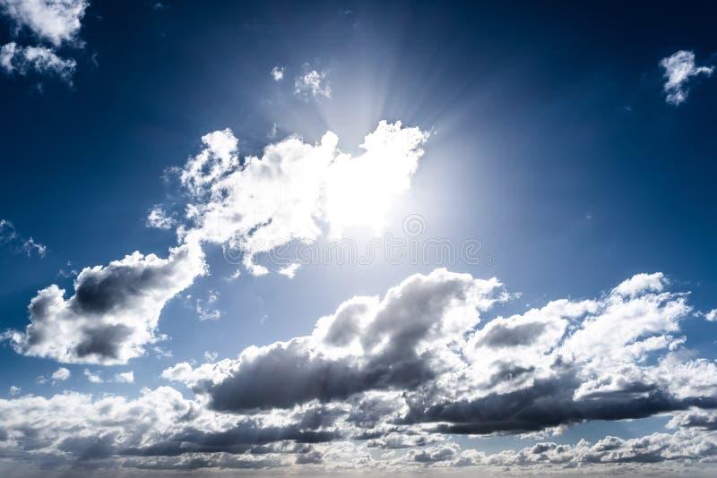 发光通过云彩的太阳 库存照片