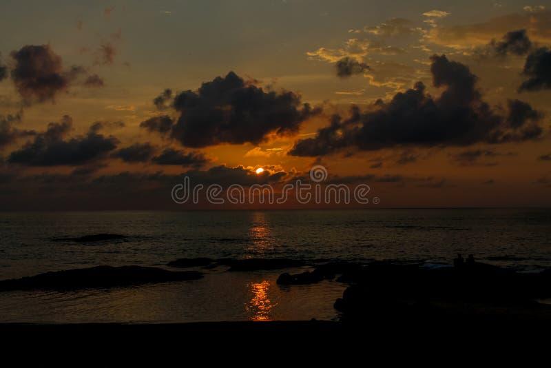 发光通过云彩的日落光 库存图片