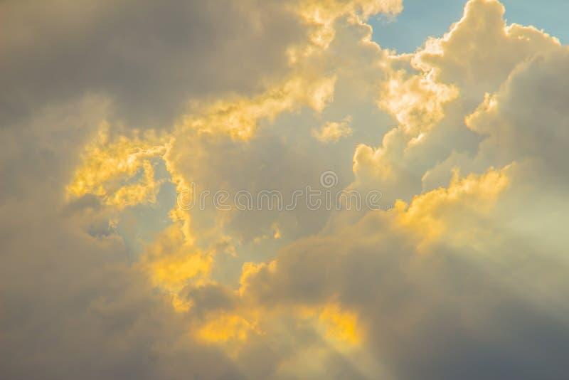 发光通过在谷的云彩的光束 与太阳的晚上日落通过云彩发出光线 库存照片