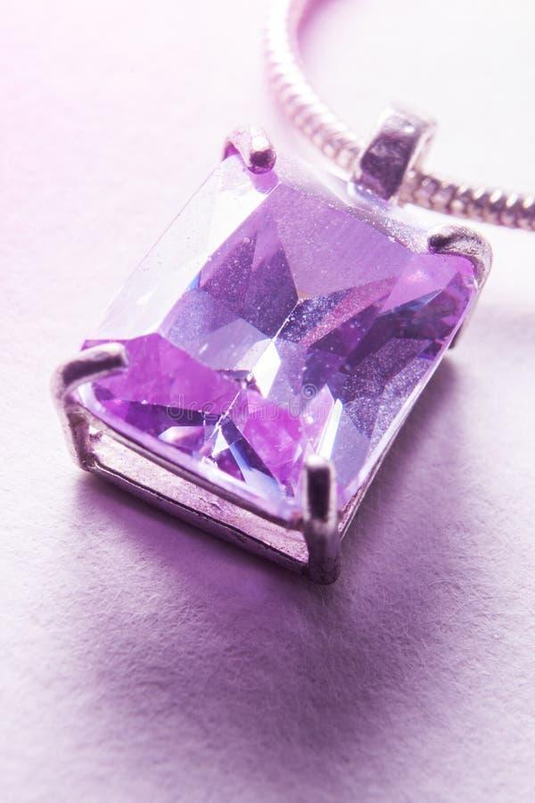 发光通过紫罗兰色垂饰的光 免版税库存图片