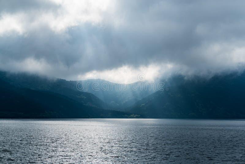 发光通过黑暗的云彩的光 与分类的剧烈的天空 库存照片