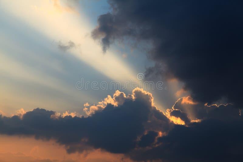 发光通过黑暗的云彩的光 库存照片