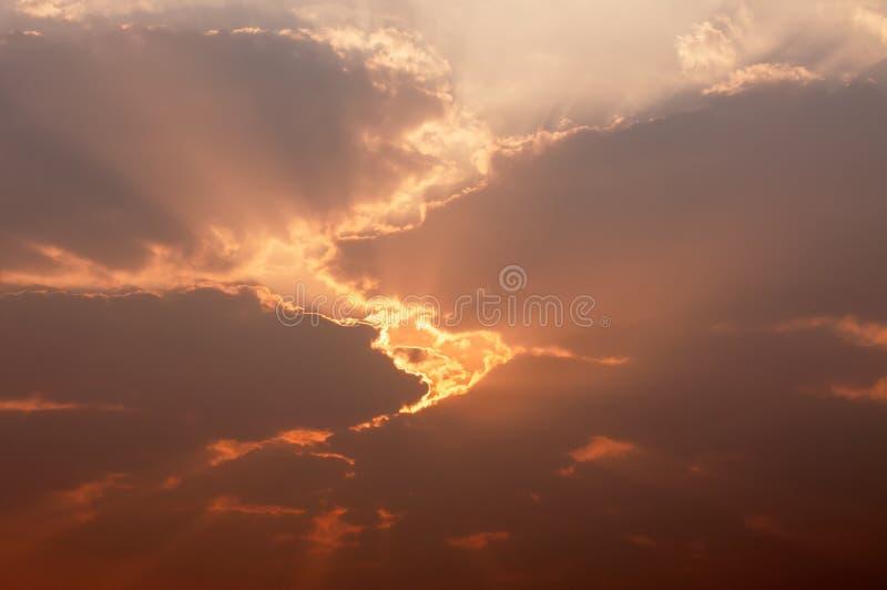 发光通过黑暗的云彩的光 免版税库存图片