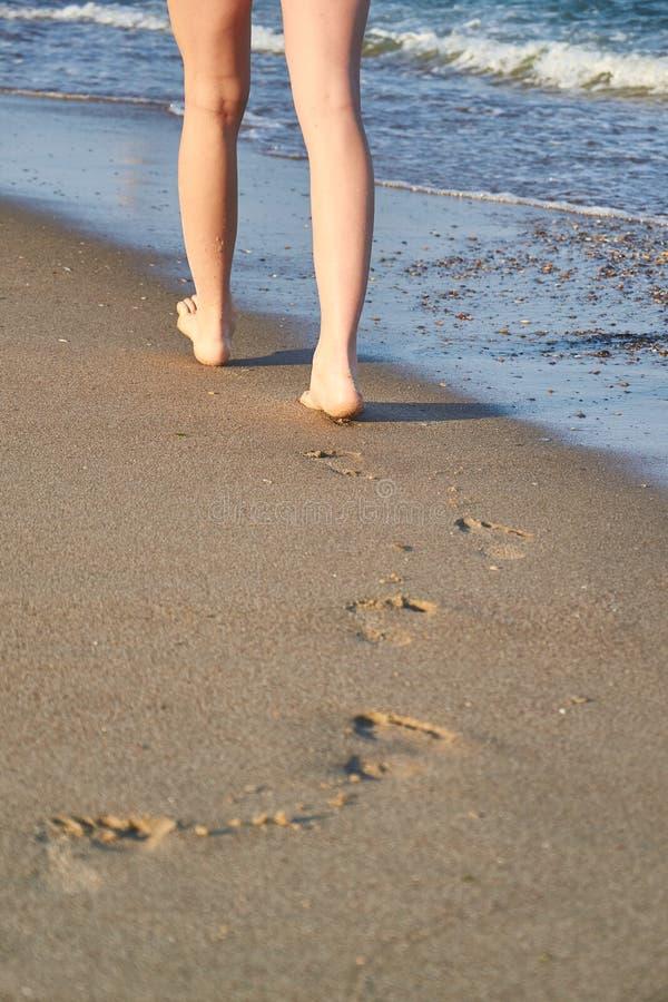发光,完善结算在沙子的版本记录,并且妇女在海滩结算在夏天 免版税库存图片