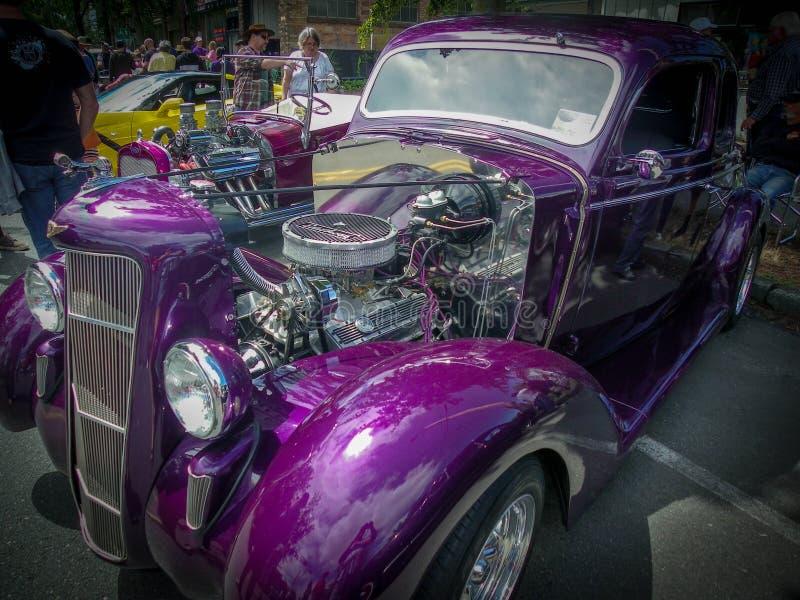 发光,紫色再磨光古董车 免版税库存图片