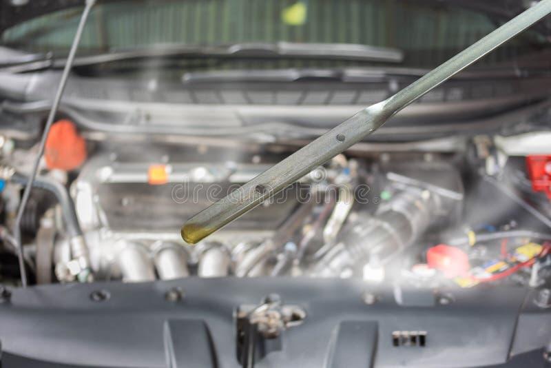 发动机损伤和烧伤由过热由于低润滑油,汽车保养服务的概念 图库摄影