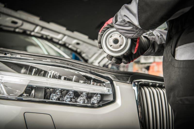 发动机润滑油滤清器替换 免版税库存照片