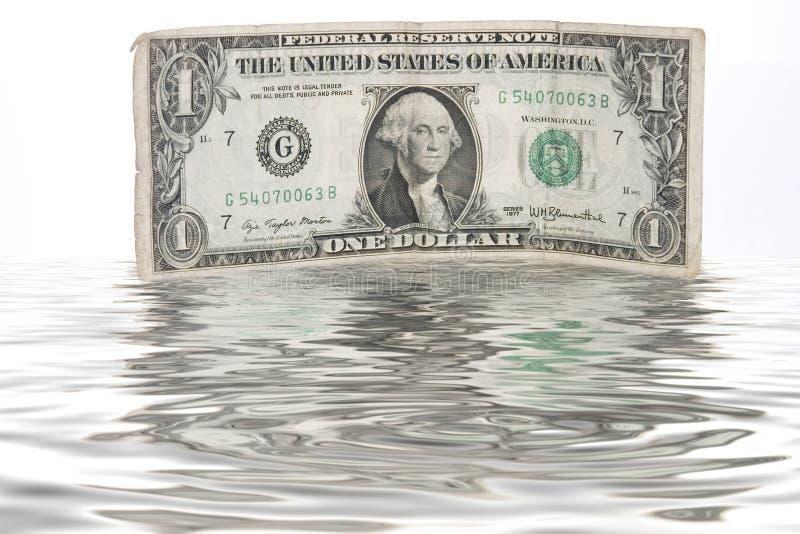 发单现金美元流浸没了一杯水 免版税库存图片