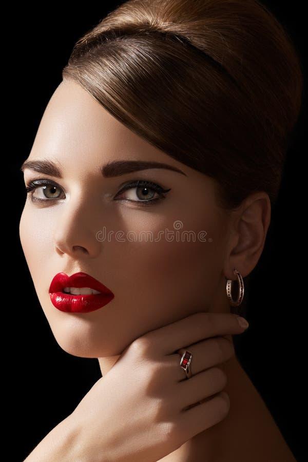 发型珠宝做模型减速火箭性感  库存照片