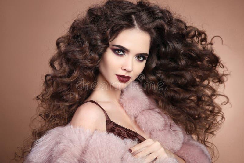 发型 卷发 有长的卷曲hai的时尚深色的女孩 免版税库存图片