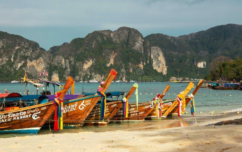 发埃发埃海岛,泰国- 2017年3月27日:在发埃发埃泰国海滩的长传说小船 库存照片
