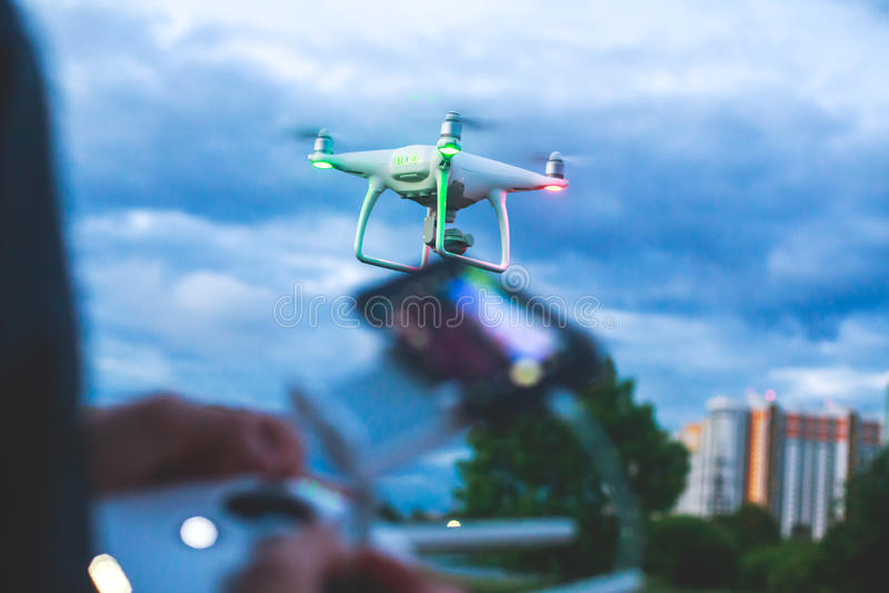发射与照相机,操作员的quadcopter寄生虫的过程发射quadcopter uav,无人空中车飞行 图库摄影