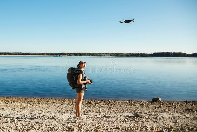 发射与遥控的妇女游人寄生虫 免版税库存照片