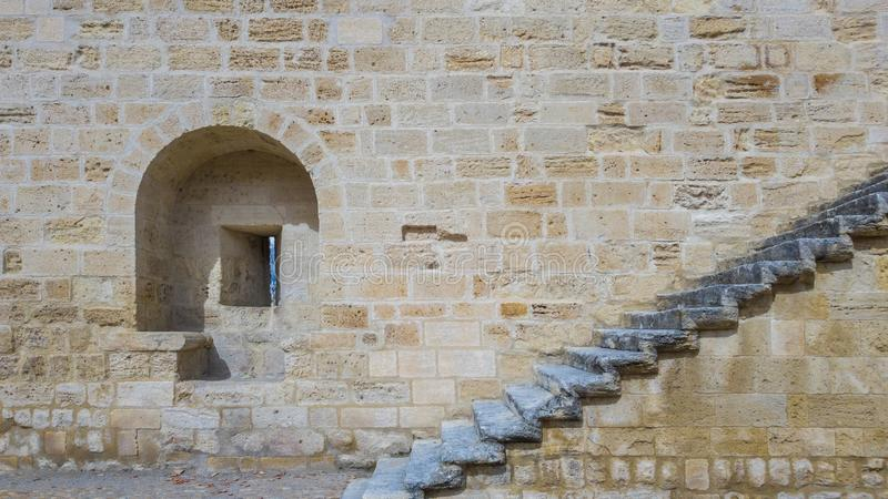 发射孔和一个楼梯在石墙上一古老为 库存照片