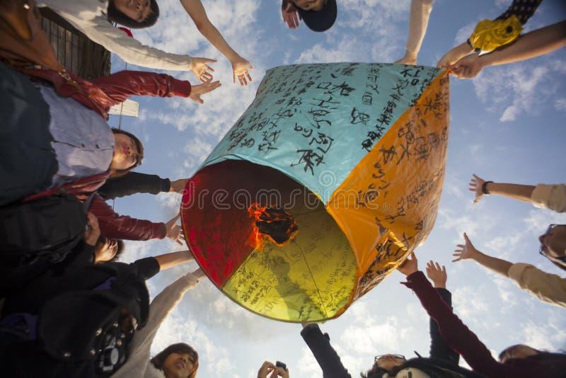 发射沿铁路的游人天空灯笼在Shifen Trai旁边 免版税库存照片