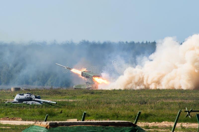 发射的军用火箭在森林地,战争射击了防御攻击 免版税库存照片