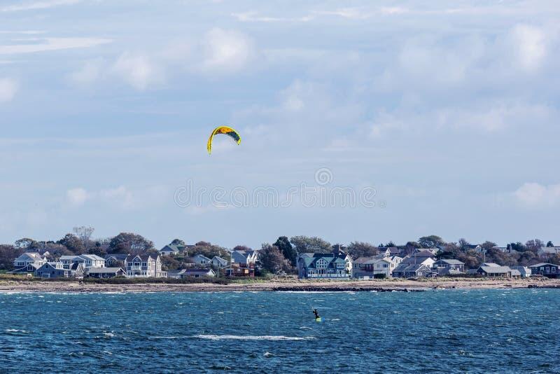 发射风筝的冲浪者,当冲浪,在离罗得岛海岛的附近时海岸  免版税库存图片