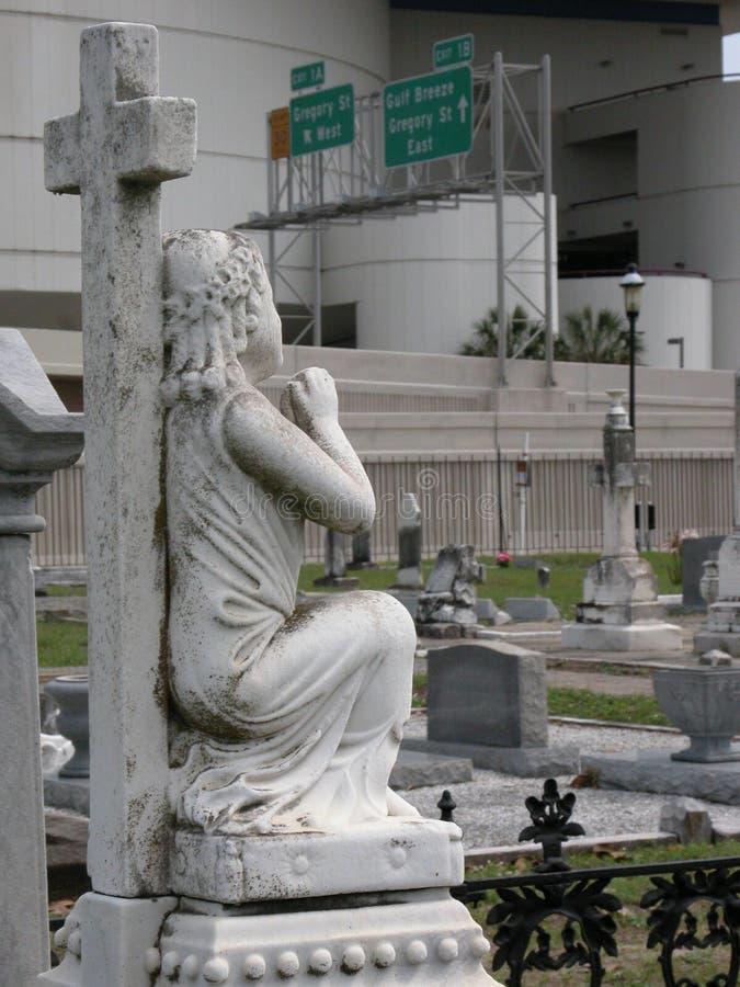 发怒和殡葬雕象和公墓有跨境Roadsigns的在背景中 库存照片