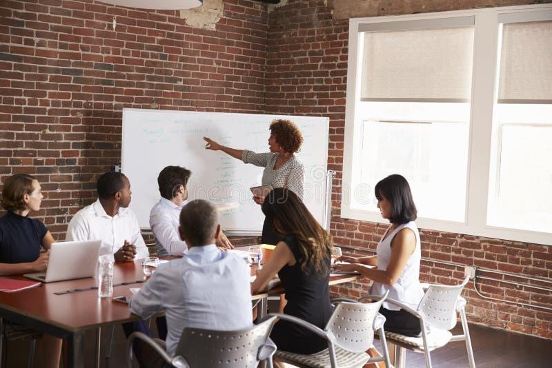 发成熟的女实业家会议室言 库存照片