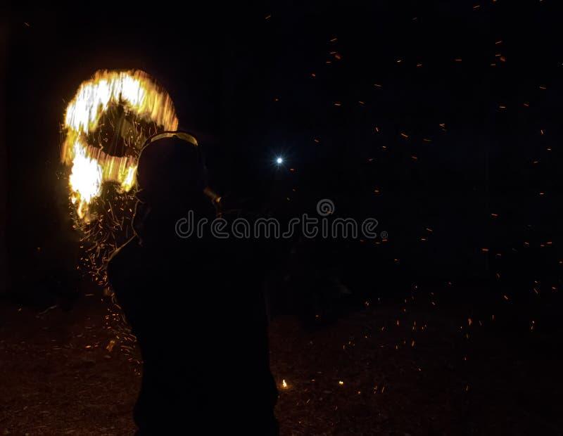 发火焰冠在作为异教徒和魔鬼仪式的晚上 库存图片