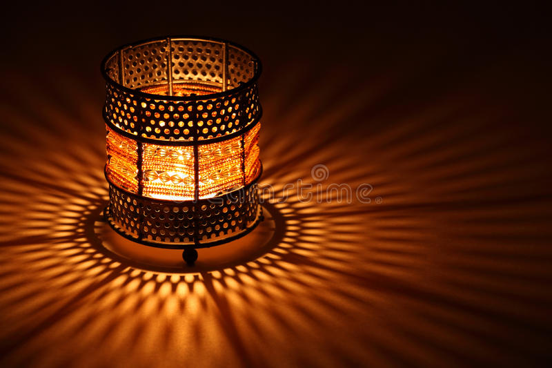 发火焰在老牌里面的蜡烛烛台 免版税库存图片