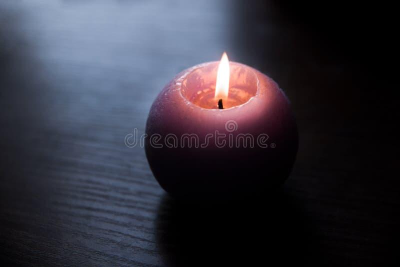 发火焰蜡烛,在桌上的一个蜡烛 免版税库存照片