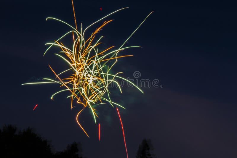 发火花在夜空的烟花 免版税库存照片