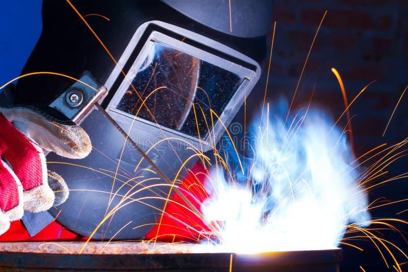 发火花,当焊接时 库存照片