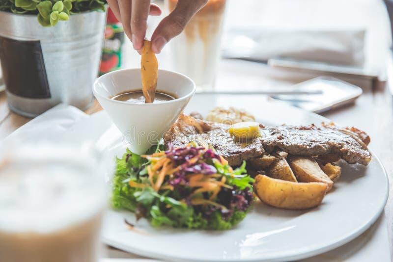 Download 发牢骚格栅牛排用沙拉和油煎的土豆楔子 库存图片. 图片 包括有 膳食, beeves, 胡椒, 芝麻菜, 美食 - 62528829