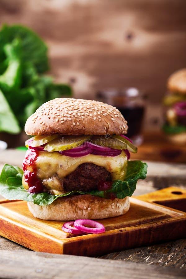 发牢骚汉堡用嫩黄瓜、红洋葱和莴苣 库存图片