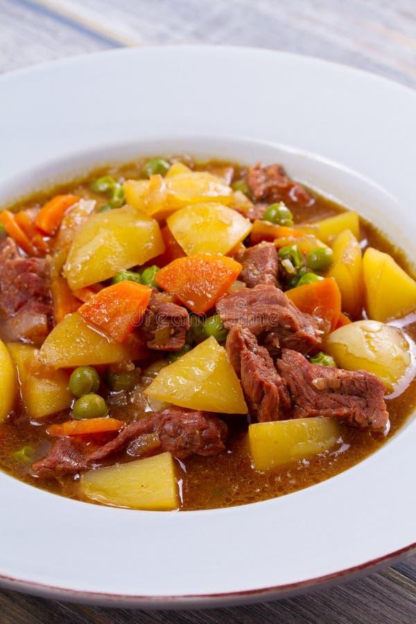 发牢骚肉炖用土豆、红萝卜、豌豆和香料 炖牛肉,名菜在爱尔兰 免版税库存照片