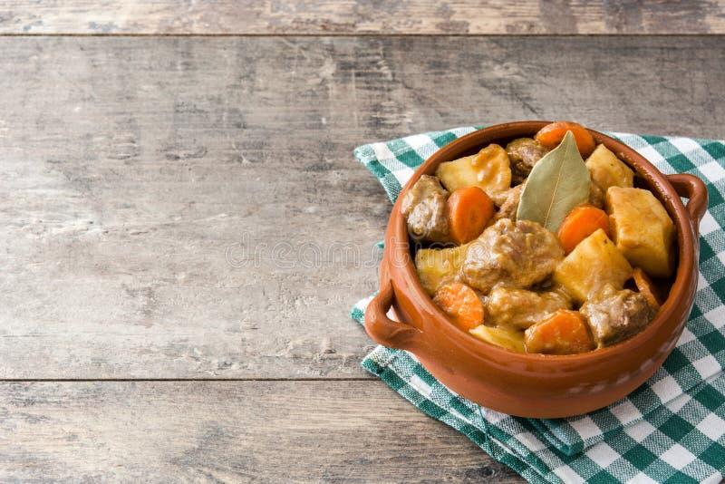 发牢骚肉炖用土豆、红萝卜和香料在碗 免版税图库摄影